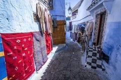 Tapis colorés dans Chefchaouen Photographie stock libre de droits