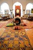 Tapis colorés dans une maison de Berber images libres de droits