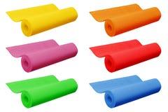 Tapis colorés de yoga d'isolement sur le fond blanc photos libres de droits