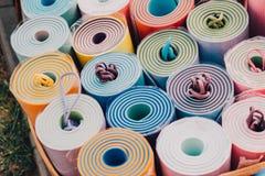 Tapis colorés de yoga, vente des tapis de yoga Effet de film, unfocuset Image stock