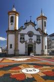 Tapis colorés devant l'église dans le corpus Christi Pr Image stock