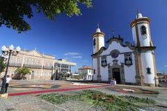 Tapis colorés devant l'église dans le corpus Christi Pr Photo stock