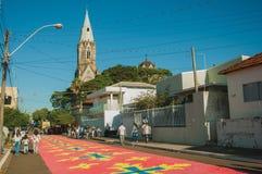 Tapis color? de sable sur une rue ? la semaine sainte photographie stock