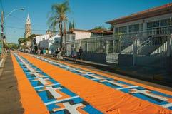 Tapis color? de sable sur une rue ? la semaine sainte images stock