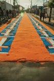 Tapis color? de sable sur une rue ? la semaine sainte photos libres de droits
