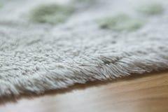 Tapis confortable blanc de plancher photos stock