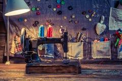 Tapis de couture fait de fils et boutons dans l'atelier de tailleur Photo stock