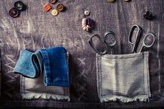 Tapis de couture fait main avec des ciseaux, des fils et des boutons Photos stock