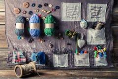 Tapis de couture de vintage fait d'aiguilles, fils et boutons Photos stock