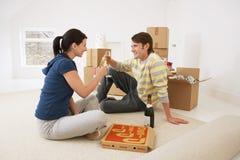 Tapis de déroulement de couples dans la nouvelle maison photos stock