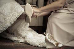 tapis de jeune mariée à pied avec des chaussures Image stock