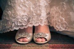 tapis de jeune mariée à pied avec des chaussures Photos stock
