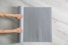 Tapis de roulement de yoga de femme sur le plancher L'espace pour le texte photos libres de droits