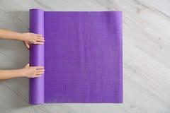 Tapis de roulement de yoga de femme sur le plancher L'espace pour le texte image libre de droits