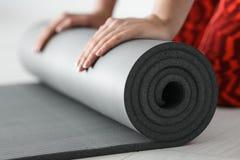 Tapis de roulement de yoga de jeune femme photos libres de droits