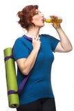 Tapis de transport de yoga de femme sinueuse Image stock