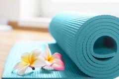 Tapis de yoga sur le plancher Photographie stock libre de droits