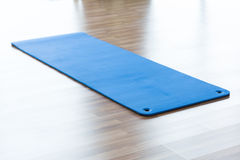 Tapis de yoga sur le plancher Photos stock