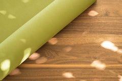 Tapis de yoga sur un fond en bois Images libres de droits