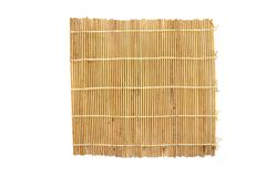Tapis en bambou de Brown, roulement en bambou de sushi d'isolement sur le fond blanc images libres de droits