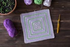 Tapis et crochet blancs carrés tricotés Photos stock