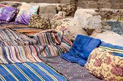 Tapis et oreillers colorés dans un village bédouin en Egypte Dahab Sinai du sud photographie stock