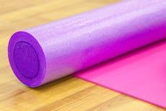 Tapis et rouleau de yoga Photographie stock libre de droits
