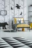 Tapis géométrique dans la chambre à coucher du ` s d'enfant photo stock