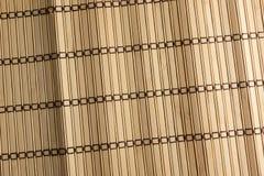 Tapis jaune de sushi fait à partir du bambou naturel Photographie stock