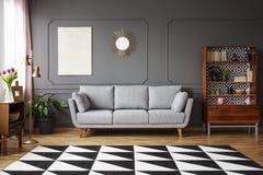 Tapis noir et blanc avec le modèle géométrique placé sur le floo images stock