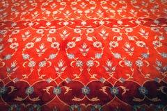 Tapis rouge avec l'ornement brodé Image libre de droits