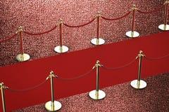 Tapis rouge avec la barrière de corde sur le fond rouge Photographie stock
