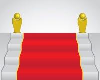 Tapis rouge et statue deux d'or Image stock