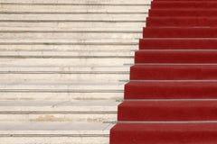 Tapis rouge sur des escaliers Images libres de droits