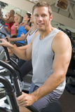 tapis roulant courant d'homme de gymnastique Images libres de droits