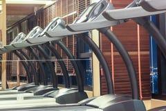 Tapis roulant dans le gymnase avec la réflexion de miroir, concept de forme physique Photo stock