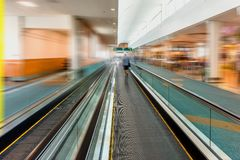 Tapis roulant de Travelator pour des passagers à l'aéroport avec le silhoue Photos stock