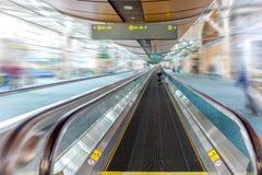 Tapis roulant de Travelator pour des passagers à l'aéroport avec le silhoue Image libre de droits
