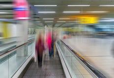 Tapis roulant de Travelator pour des passagers à l'aéroport avec le silhoue Images libres de droits
