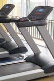 tapis roulants dans un hall de forme physique Photos libres de droits