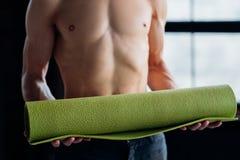 Tapis sain de yoga de bien-être de formation de gymnase de corps d'ajustement image libre de droits