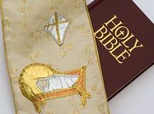 Tapisserie avec la nativité d'étoile de crèche au-dessus de la bible photographie stock libre de droits