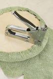 Tapizar una parte de la silla por el arma de la grapa Foto de archivo