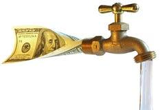 Tapkraan, die dollars in water verwerkt Royalty-vrije Stock Foto's
