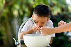 Tapkraanwater en hand Royalty-vrije Stock Foto's