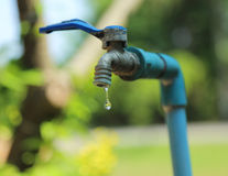 Tapkranendruppel, Oorzakenverspilling van water, het sparen Stock Afbeeldingen