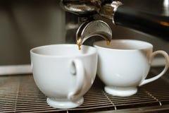 Tappa den stärkande drinken för varm energi för kaffenedgångkoppen arkivbild