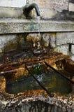 Tappa vatten från väl in Hallstatten Fotografering för Bildbyråer