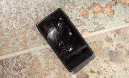 Tappade Smartphone med sprucken skärm royaltyfria bilder