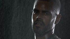Tappar den allvarliga framsidan för idrottsman nen under regn under utomhus- konkurrens, ledarenatur arkivfilmer